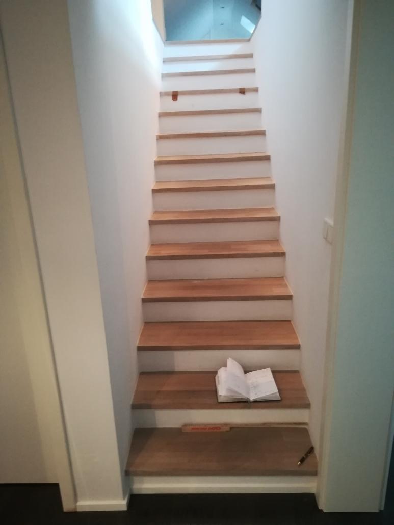 Treppenstufen mit Stoßtritt aus Eiche und weißlackierte MdF